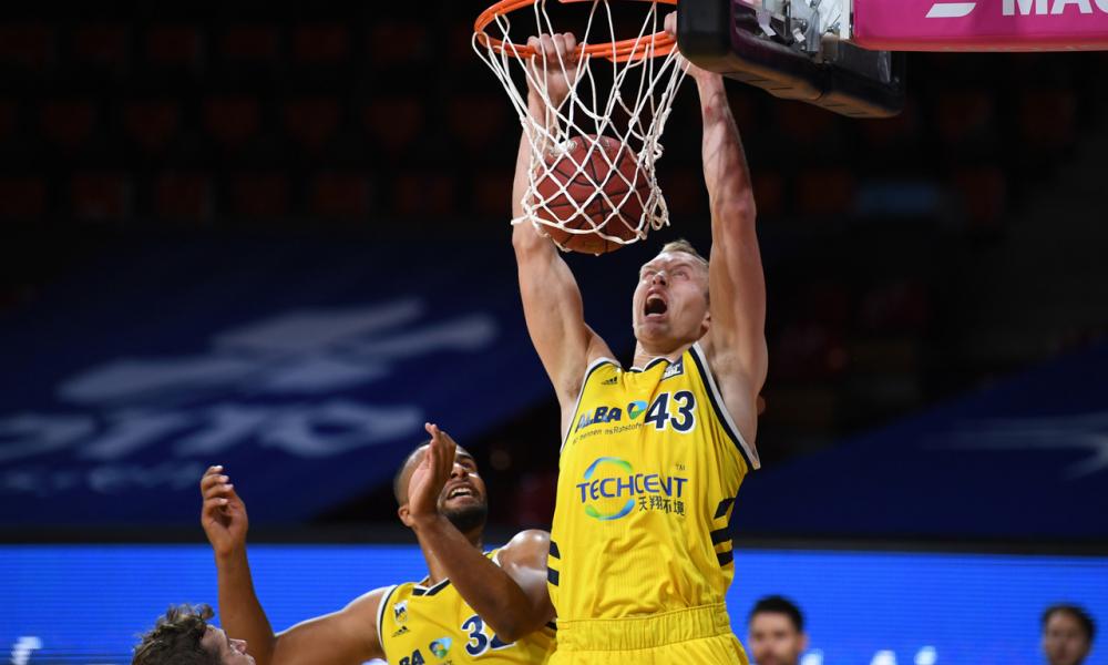 Luke Sikma dunk